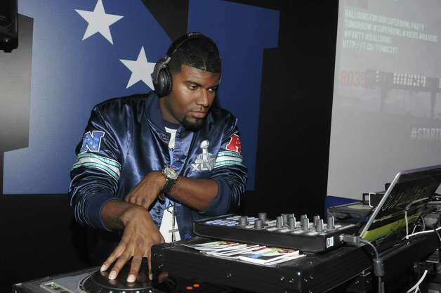 Mike Swift spins tunes at a pre-Super Bowl party. Photo: Vivien Killilea, Getty Images For Starter / 2013 Getty Images