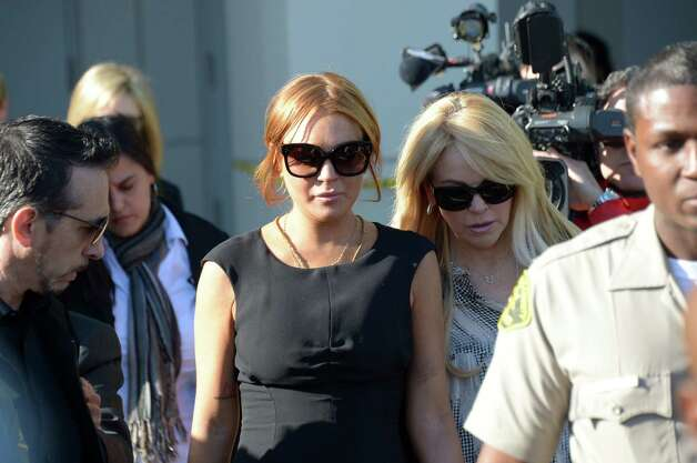 US actress Lindsay Lohan (C) and her mother Dina leave Airport Courthouse leave the pre-trial hearing on Wednesday in Los Angeles ,Calif. Photo: JOE KLAMAR, Getty / 2013 AFP
