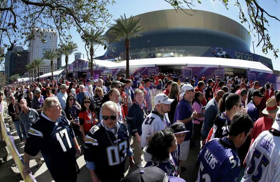 Fans line up to enter the Superdome. Photo: Gene Puskar, Associated Press / AP