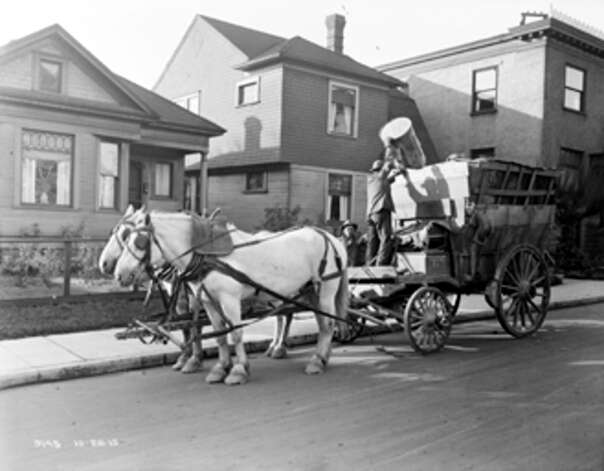 A horse-drawn Seattle garbage wagon in the 1500 block of Belmont Street, Oct. 28, 1915. Photo: Seattle Municipal Archives