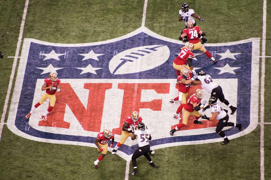 49ers quarterback Colin Kaepernick (7) looks for a receiver. Photo: Smiley N. Pool, Chronicle / © 2013  Houston Chronicle