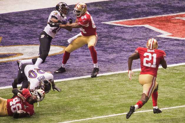 San Francisco 49ers running back Frank Gore (21) gets blocks from tight end Delanie Walker (46) and wide receiver Randy Moss (84) on a 6-yard touchdown run during the third quarter of Super Bowl XLVII against the Baltimore Ravens at the Mercedes-Benz Superdome on Sunday, Feb. 3, 2013, in New Orleans. Photo: Smiley N. Pool, Chronicle / © 2013  Houston Chronicle