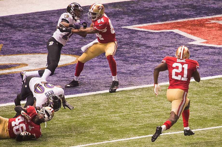 San Francisco 49ers running back Frank Gore (21) gets blocks from tight end Delanie Walker (46) and wide receiver Randy Moss (84) on a 6-yard touchdown run during the third quarter of Super Bowl XLVII against the Baltimore Ravens at the Mercedes-Benz Superdome on Sunday, Feb. 3, 2013, in New Orleans. Photo: Smiley N. Pool, Chronicle