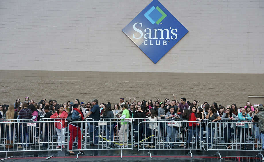 Austin Mahone fans wait in line for photos with Mahone Thursday Dec. 11, 2014 at Sam's Club. Photo: Edward A. Ornelas, San Antonio Express-News / © 2014 San Antonio Express-News