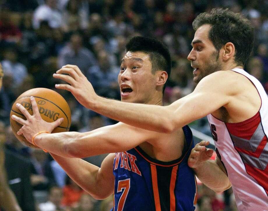 New York Knicks guard Jeremy Lin (17) drives past Toronto Raptors guard Jose Calderon. Photo: Frank Gunn, Associated Press / The Canadian Press
