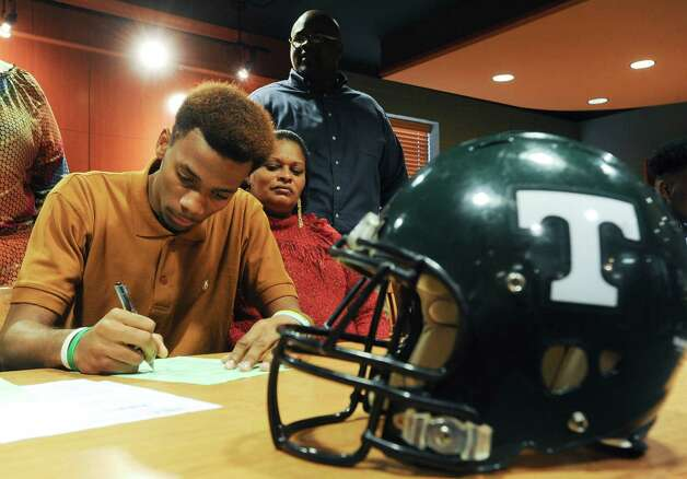 Tanner High School football player Greg Maclin signs his letter of intent to play for the University of Alabama Birmingham in the Media Center at Tanner High on Wednesday, Feb.  6, 2013 in Tanner, Ala.  (AP Photo/The Decatur Daily, Gary Cosby Jr.) Photo: Gary Cosby Jr., Associated Press / The Decatur Daily