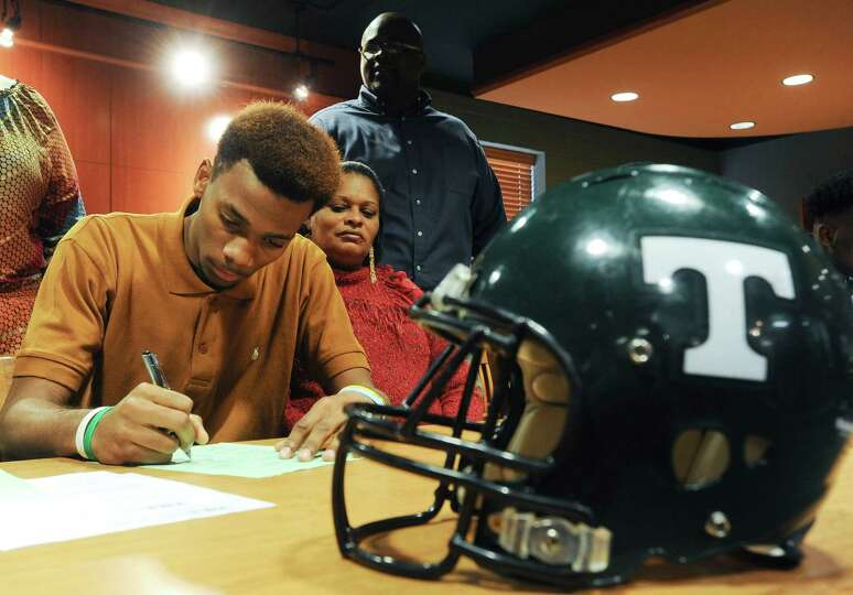Tanner High School football player Greg Maclin signs his letter of intent to play for the University