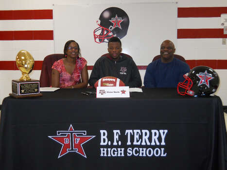 Victor Davis with family as he signs with the Aggies