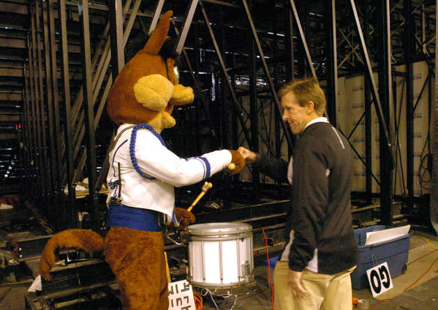Tim Derk offers encouragement to the Spurs Coyote before the Spurs played the Sacramento Kings Nov. 4, 2004. Photo: BILLY CALZADA, SAN ANTONIO EXPRESS-NEWS / SAN ANTONIO EXPRESS-NEWS