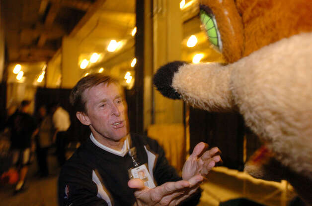 Tim Derk, who for many years wore the San Antonio Spurs Coyote mascot suit, counsels the new Coyote Nov. 4, 2004.  Photo: BILLY CALZADA, SAN ANTONIO EXPRESS-NEWS / SAN ANTONIO EXPRESS-NEWS