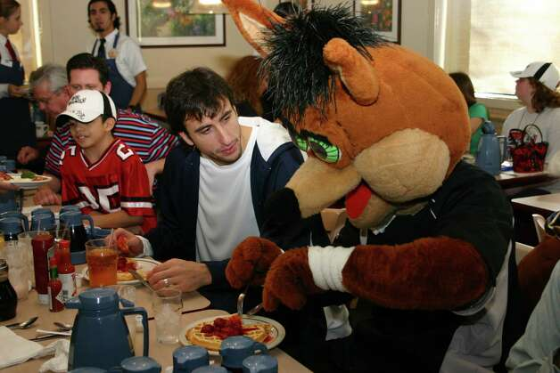 "Manu Ginobili and the Coyote enjoy some waffles during an ""Eat Breakfast with a Spurs Player"" promotion at IHOP on Jan. 26, 2005. Photo: RAUL A. FLORES, CONEXION / CONEXION"