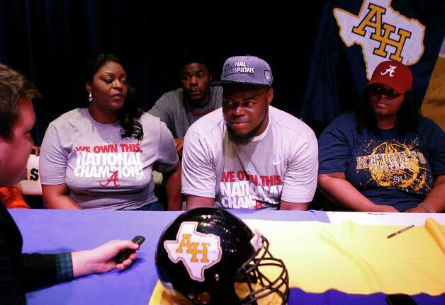 A'Shawn Robinson of Arlington Heights, Texas, announces his intent to play football at Alabama during a ceremony in Fort Worth on Wednesday, February 6, 2013. (Khampha Bouaphanh/Fort Worth Star-Telegram/MCT) Photo: Khampha Bouaphanh, McClatchy-Tribune News Service / Fort Worth Star-Telegram