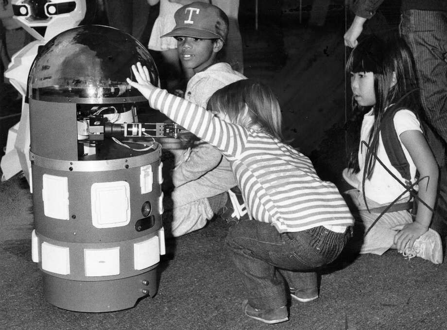 Aug. 3, 1984: Like I've hopefully made clear, not all robot builders of the 1980s were trying to fool the public. In this photo, Bay Area children check out an educational interactive robot at the Lawrence Hall of Science. I remember seeing these and being wowed. Photo: Jerry Telfer, The Chronicle / ONLINE_YES