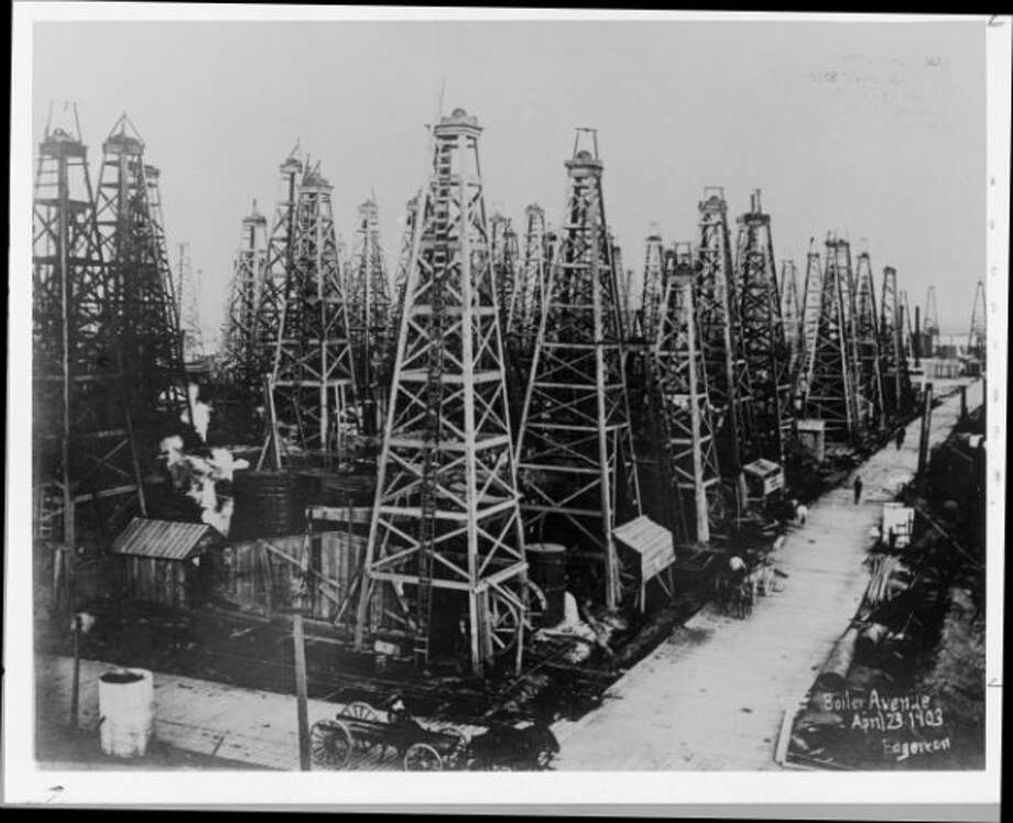Wells along Boiler Avenue through Spindletop in April 1903.