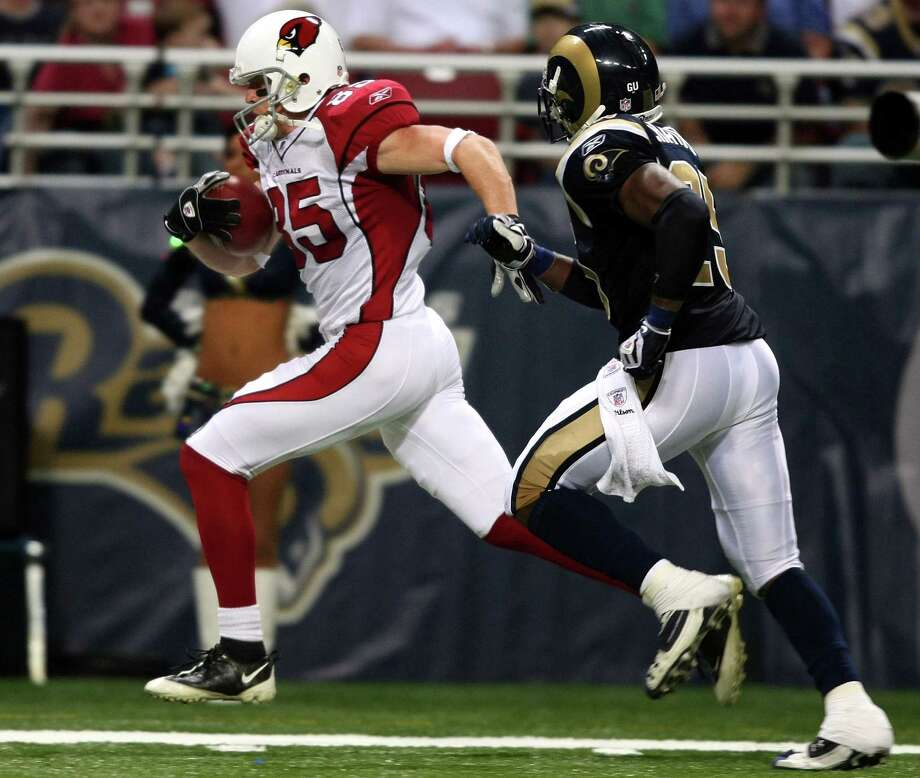 Jerheme Urban #85 of the Arizona Cardinals carries the ball past Corey Chavous #25 of the St. Louis Rams to score a touchdown in the second quarter on November 2, 2008 at the Edwards Jones Dome in St. Louis, Missouri. Photo: Elsa, Getty Images / 2008 Getty Images