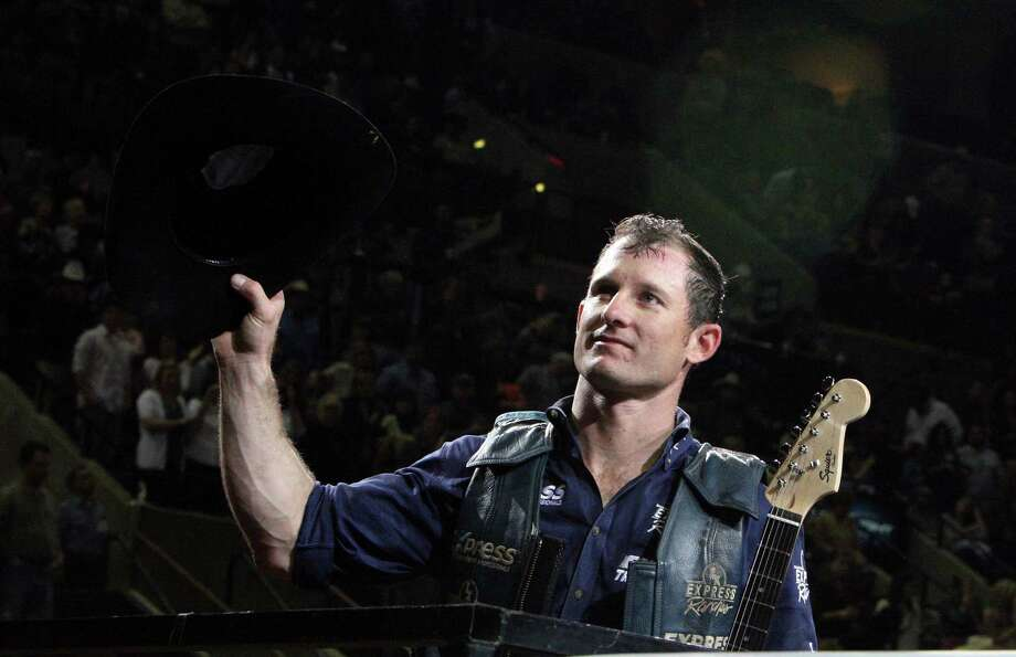 Corey Navarre, of Weatherford, OK, waves to fans after winning the Xtreme Bulls event during the San Antonio Stock Show & Rodeo Saturday Feb. 20, 2010 at the AT&T Center. Photo: EDWARD A. ORNELAS, Express-News / eaornelas@express-news.net