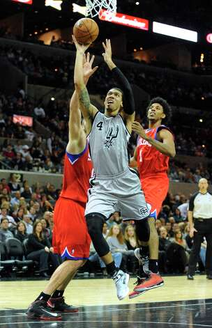 Danny Green of the Spurs penetrates against Philadelphia in the AT&T Center on Saturday, Jan. 5, 2013. Photo: Billy Calzada, San Antonio Express-News / SAN ANTONIO EXPRESS-NEWS