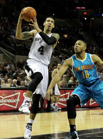Spurs' Danny Green (04) drives to the basket against New Orleans Hornets' Eric Gordon (10) in the second half on Wednesday, Jan. 23, 2013. Spurs defeated the Hornets, 106-102. Photo: Kin Man Hui, San Antonio Express-News / © 2012 San Antonio Express-News