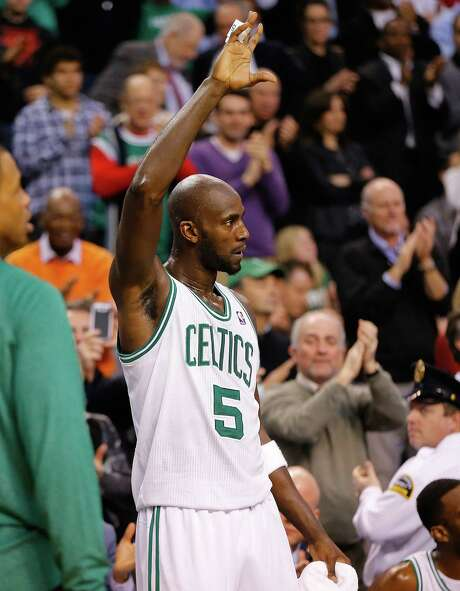 Kevin Garnett acknowledges the crowd after eclipsing 25,000 career points in the Celtics' victory Thursday. He's the 16th player in history to reach that mark. Photo: Jared Wickerham / Getty Images