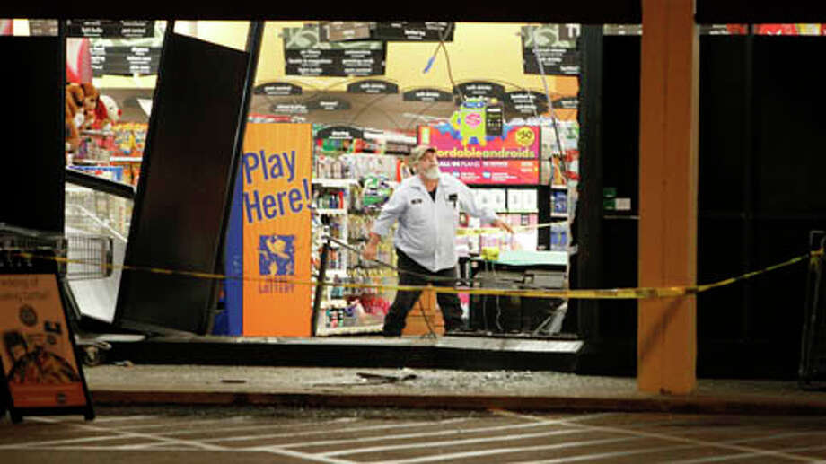 Would-be robbers send clerks scrambling at the Kroger on 20th and Yale early Friday morning. (Cody Duty / Houston Chronicle) Photo: .