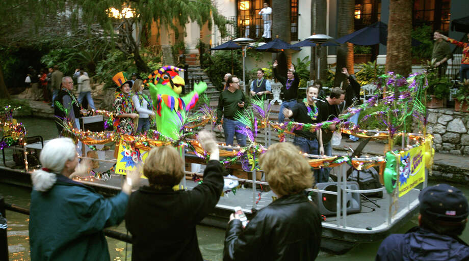 A river barge makes its way Tuesday evening Feb. 8, 2005 along the Riverwalk during a short Mardi Gras parade. (WILLIAM LUTHER/STAFF) Photo: WILLIAM LUTHER, SAN ANTONIO EXPRESS-NEWS / SAN ANTONIO EXPRESS-NEWS