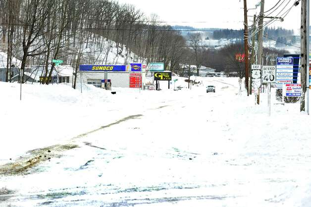 Normally busy Route 6, also called Mill Plain, is deserted during morning rush hour in Danbury Saturday, Feb. 9, 2013. Photo: Michael Duffy / The News-Times