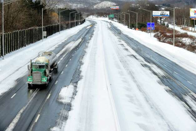 Interstate 84,  looking west, is deserted at morning rush hour in Danbury Saturday, Feb. 9, 2013. Photo: Michael Duffy / The News-Times