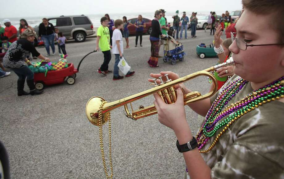 Jackson Lueb serenades the parade goers. Photo: Mayra Beltran, Houston Chronicle / © 2013 Houston Chronicle
