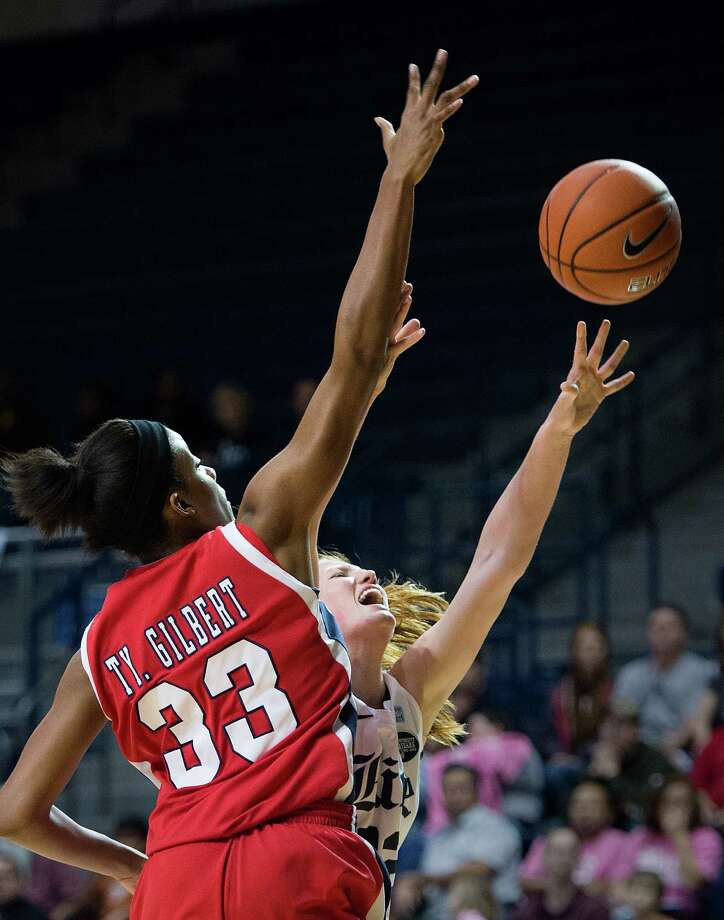 Rice center Alyssa Lang puts up a shot past Houston forward Tyler Gilbert (33). Photo: Smiley N. Pool, Houston Chronicle / © 2013  Houston Chronicle
