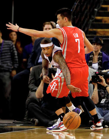 Kings guard Isaiah Thomas ducks under the arm of Rockets guard Jeremy Lin. Photo: Rich Pedroncelli, Associated Press / AP