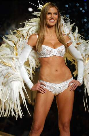 Heidi Klum, 1998 Sports Illustrated Swimsuit issue cover model, shown here in the 2001 Victoria's Secret Fashion Show. Photo: Getty Images