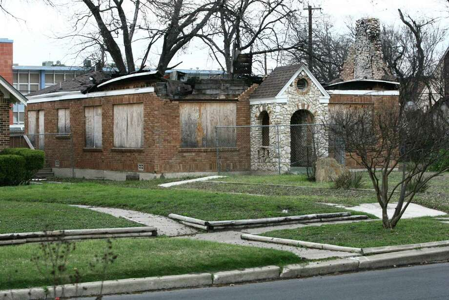 Some neighbors are fed up with a husk of a structure owned by former mayor Ed Garza. Fire gutted the Monticello Park home nearly two years ago. Photo: Juanito M Garza, San Antonio Express-News / San Antonio Express-News