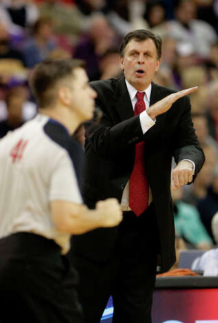 Rockets coach Kevin McHale calls for a foul to official Eli Roe. Photo: Rich Pedroncelli