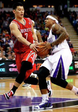 Sacramento Kings guard Isaiah Thomas drives to the basket against Rockets guard Jeremy Lin. Photo: Rich Pedroncelli
