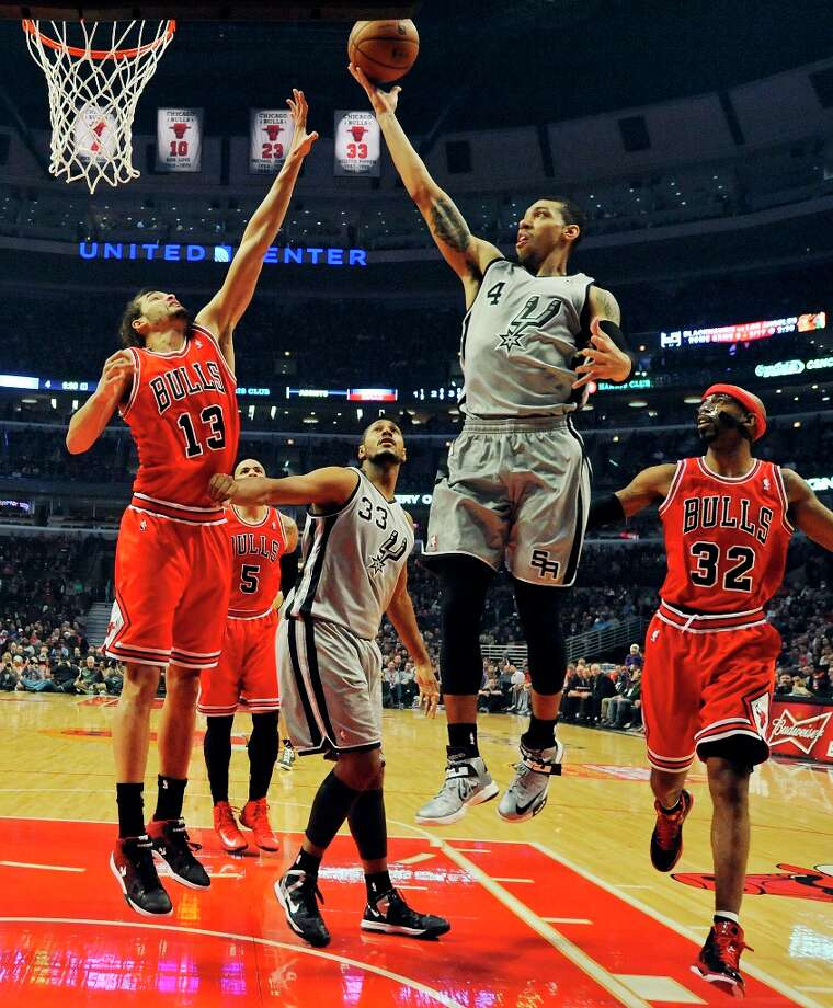 The Spurs' Danny Green shoots between Chicago Bulls' Joakim Noah (left) and Chicago Bulls' Richard Hamilton as San Antonio Spurs' Boris Diaw looks on during first half action Monday Feb. 11, 2013 at the United Center in Chicago. Photo: Edward A. Ornelas, San Antonio Express-News / © 2013 San Antonio Express-News