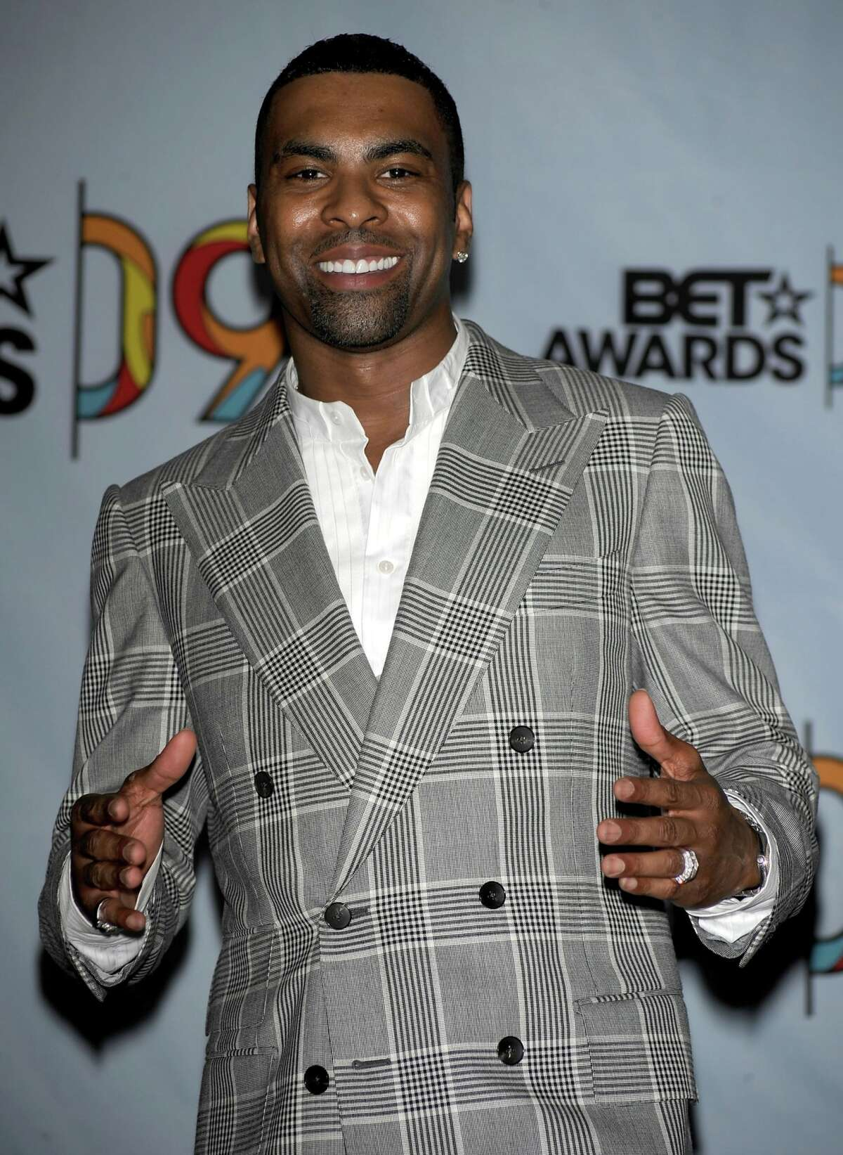 Singer Ginuwine poses in the press room during the 2009 BET Awards held at the Shrine Auditorium on June 28, 2009 in Los Angeles