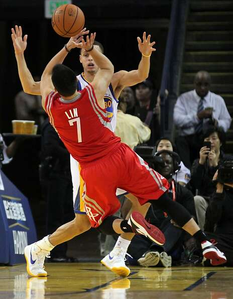 Golden State Warriors guard Stephen Curry (30) guards Houston Rockets guard Jeremy Lin in the first