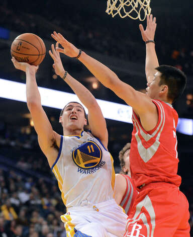 Rockets point guard Jeremy Lin tries to defend Warriors guard Klay Thompson. Photo: Doug Duran