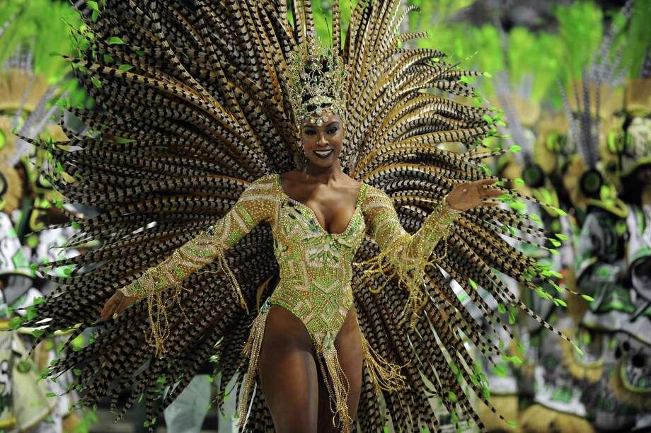 Una intérprete del grupo samba Imperatriz Leopoldinense baila durante la segunda noche de los desfiles de Carnaval. Photo: AFP/Getty Images