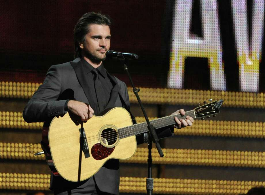 Juanes canta en la ceremonia de los Grammy el domingo 10 de febrero del 2013 en Los Angeles. (Foto por John Shearer/Invision/AP) Photo: Associated Press