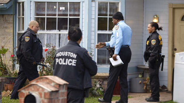 An HPD crime scene officer arrives at a residence on Tambourine Drive in Stafford, which is connected to a missing newborn case. Photo: Nick De La Torre / Houston Chronicle