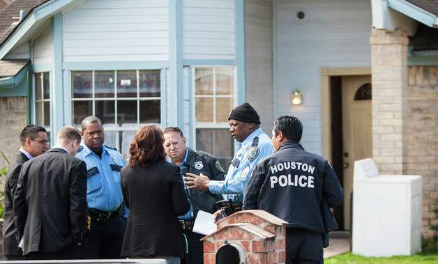 Houston Police officers fill in homicide detectives upon their arrival as they try to locate the body of a fetus who was allegedly aborted in her mother. Photo: Nick De La Torre, Staff / © 2013 Houston Chronicle