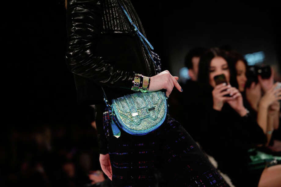 Blue bag brightens up the ensemble Photo: JOSHUA LOTT, AFP/Getty Images / AFP