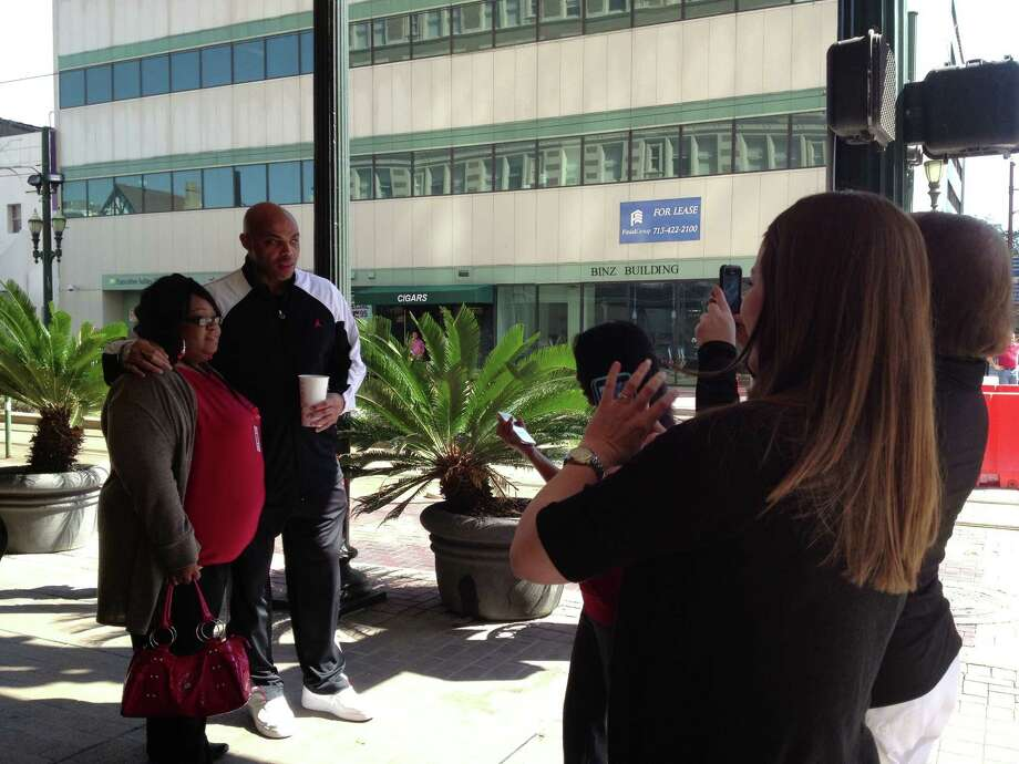 Former NBA All-Star Charles Barkley poses with fans in downtown Houston. Photo: Erin Mulvaney