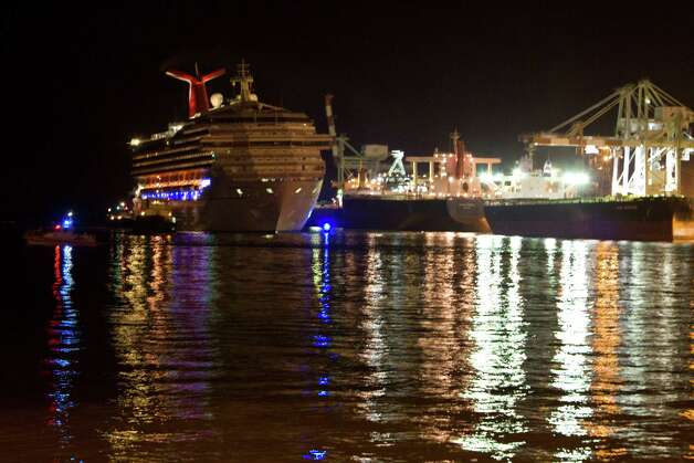 The stranded Carnival Triumph ship makes its way to t