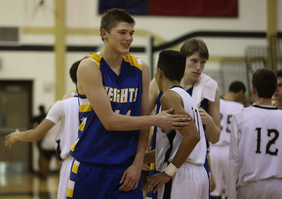 """How does Alamo Heights 6-foot-10 junior Ben Lammers (left) get ready for a big game? Take a nap. """"If he isn't yawning, that's when I'm concerned,"""" Mules coach Andrew Brewer said. Photo: Lisa Krantz / San Antonio Express-News"""