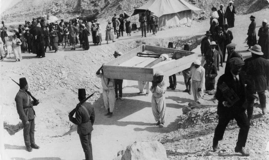 Soldiers watching treasures being removed from Tutankhamun's tomb. Photo: Hulton Archive, Getty Images / Getty 2013