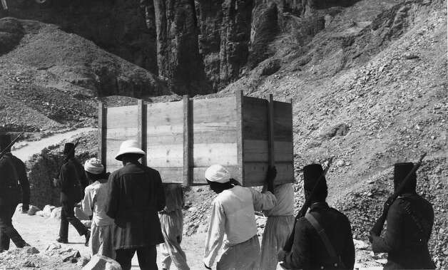 People carrying a crate full of treasures from the tomb of Egyptian pharaoh Tutankhamun at Thebes (modern Luxor and El-Karnak) escorted by armed soldiers. Photo: General Photographic Agency, Getty Images / Getty 2013