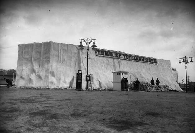 The entrance to the Tomb of Tutankhamun exhibition at Wembley in 1924. Photo: Hulton Archive, Getty Images / Getty 2013