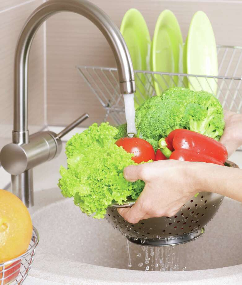 Be sure to wash your greens thoroughly. (Fotolia.com) / Subbotina Anna - Fotolia